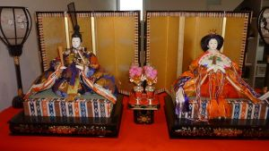 hina doll (雛人形) set, featuring the Emperor (御内裏様) and Empress (御雛様). The optional lampstands are also partially visible.