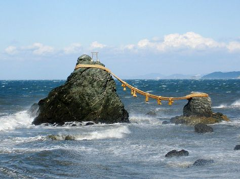 "Meotoiwa, ""husband and wife cliff"", Futami, Mie, Japan 夫婦岩、三重県二見町 Photo: Wikimedia Commons"