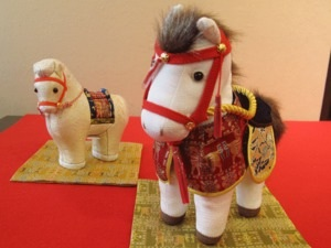 "A horse figurine made of ""chirimen"" silk crepe, right, and a ""kimekomi"" wooden doll. (Choi Chae-soo)"