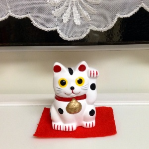 Maneki neko beckons to you
