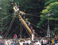 """""""Tate Onbashira,"""" the finale after the month-long Onbashira Festival, is the erecting of the Onbashira (sacred pillar) at the corners of Maemiya Shrine and Honmiya Shrine of Kamisha. It takes place on both May 3-4 at Shimosha, on May 8-9 at Harumiya and May 10 at Akimiya. Photo: Suwa Sightseeing Federation"""