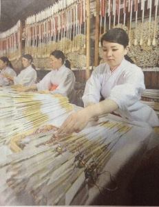 Shrine staff at Tsurugaoka Hachimangu in Kamakura. A total of 245,000 arrows are being made. Source: Yomiuri Shimbun