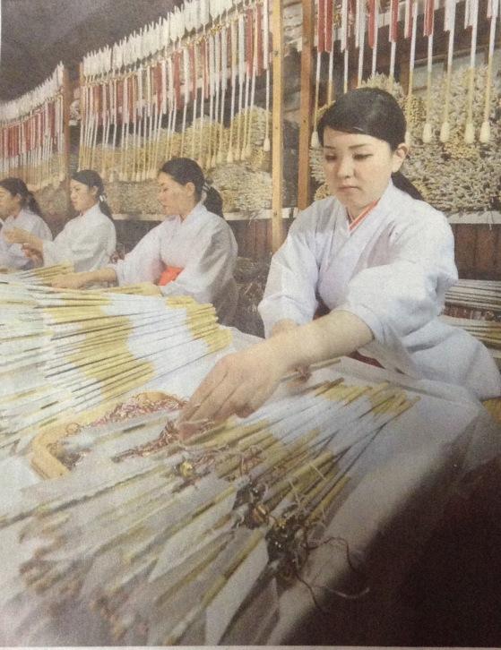 Shrine staff at Tsurugaoka Hachimangu in Kamakura. A total of 245,000 arrows are being made. Source: Yomiuri Shimbun
